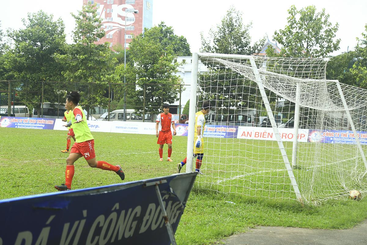 Tuy nhiên, ngay đầu hiệp 2, ưu thế dẫn bàn đã được các cầu thủ FPT Telecom tái lập với pha lập công của số 24 Lê Trung Hậu. Bàn thắng có phần may mắn khi thủ môn Vũ Văn Tài (Synnex FPT) đã thi đấu có phần lơ là trong pha bắt bóng.