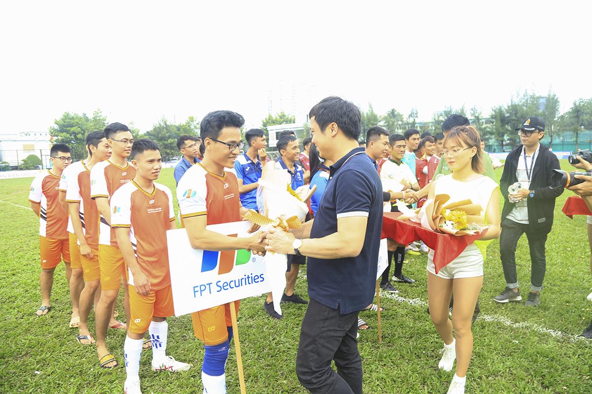 Anh Nguyễn Văn Khoa trao hoa và động viên cầu thủ các đội bóng. Anh hy vọng đây giải đấu sẽ chọn ra được những gương mặt mới, những cầu thủ xuất sắc để bổ sung vào đội tuyển FPT HCM.