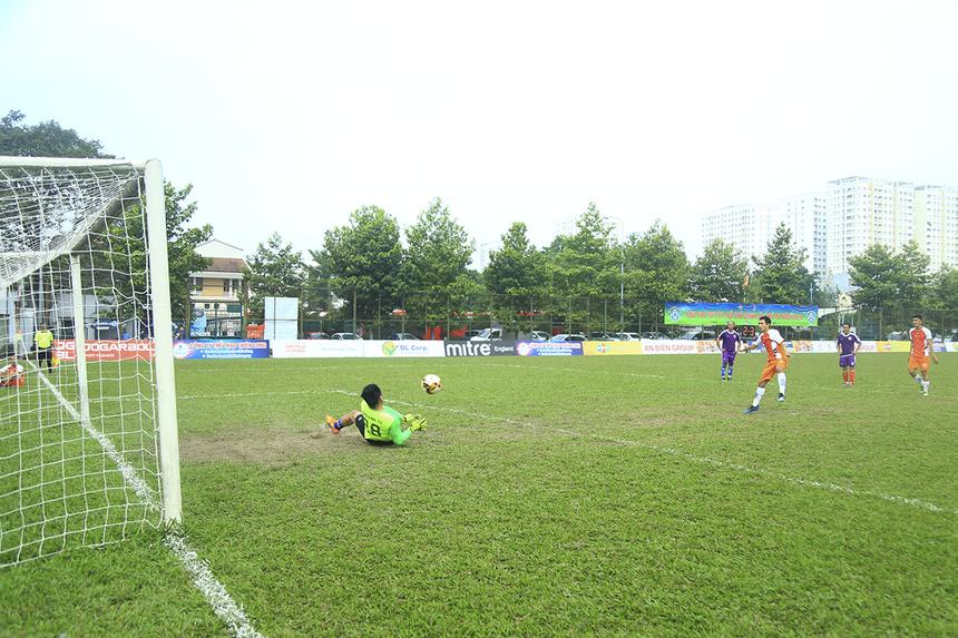 Phút 59, FPT Securities được hưởng quả đá phạt 11m sau tình huống truy cản không hợp lệ trong vòng cấm của cầu thủ TP Bank. Tuy nhiên, thủ môn Lê Tự Nhiên đã thi đấu xuất sắc để cản phá cú sút của đối phương.