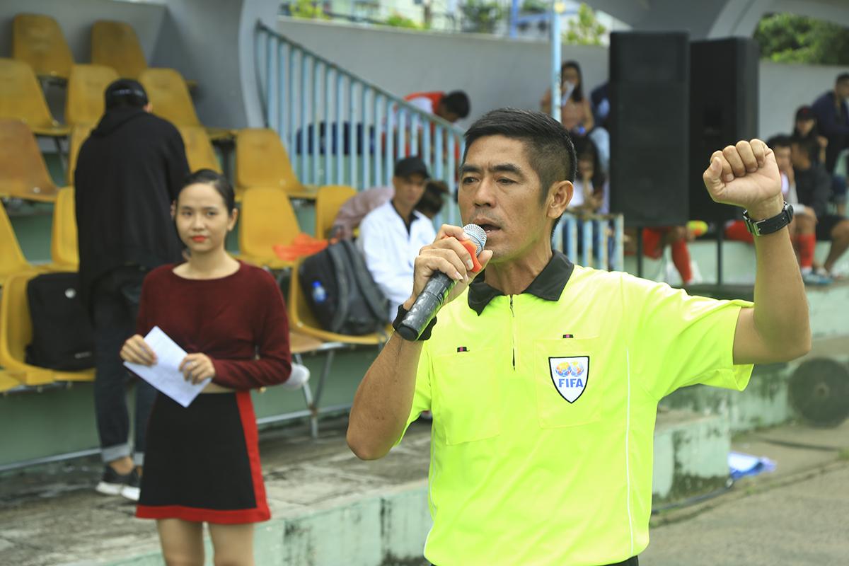 Trọng tài Lê Ngọc Ân đại diện tổ trọng tài thực hiện nghi thức tuyên bố công tâm trong quá trình cầm còi, điều hành giải đấu.