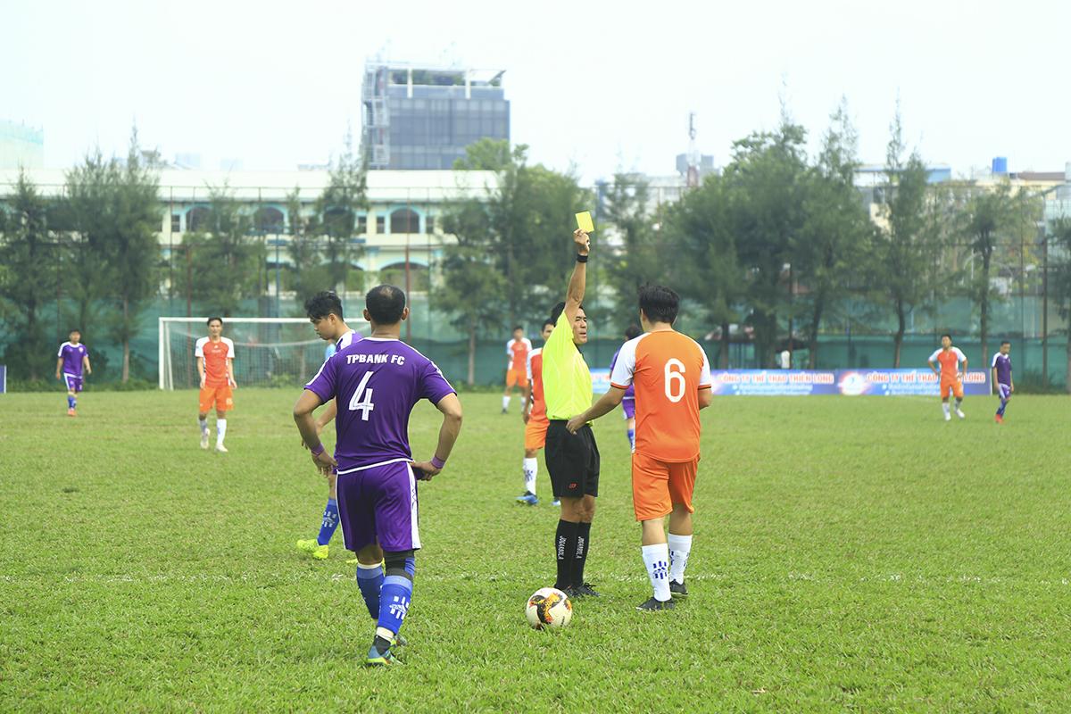 Trọng tài Lê Ngọc Ân đã 4 lần phải rút thẻ vàng để cảnh cáo cầu thủ hai bên sau những pha chơi xấu trong trận đấu.