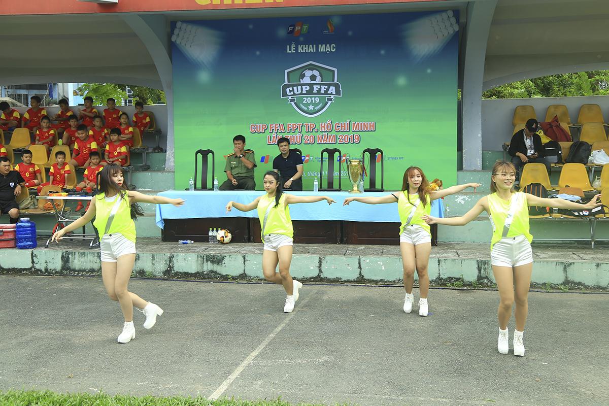 Các nữ vũ công đã có tiết mục làm nóng trước khi các cầu thủ bước vào tranh tài ngay sau lễ khai mạc.