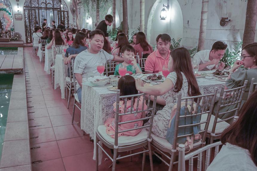 Một số em nhỏ được bố mẹ đưa đi theo tham gia ngày hội của công ty.