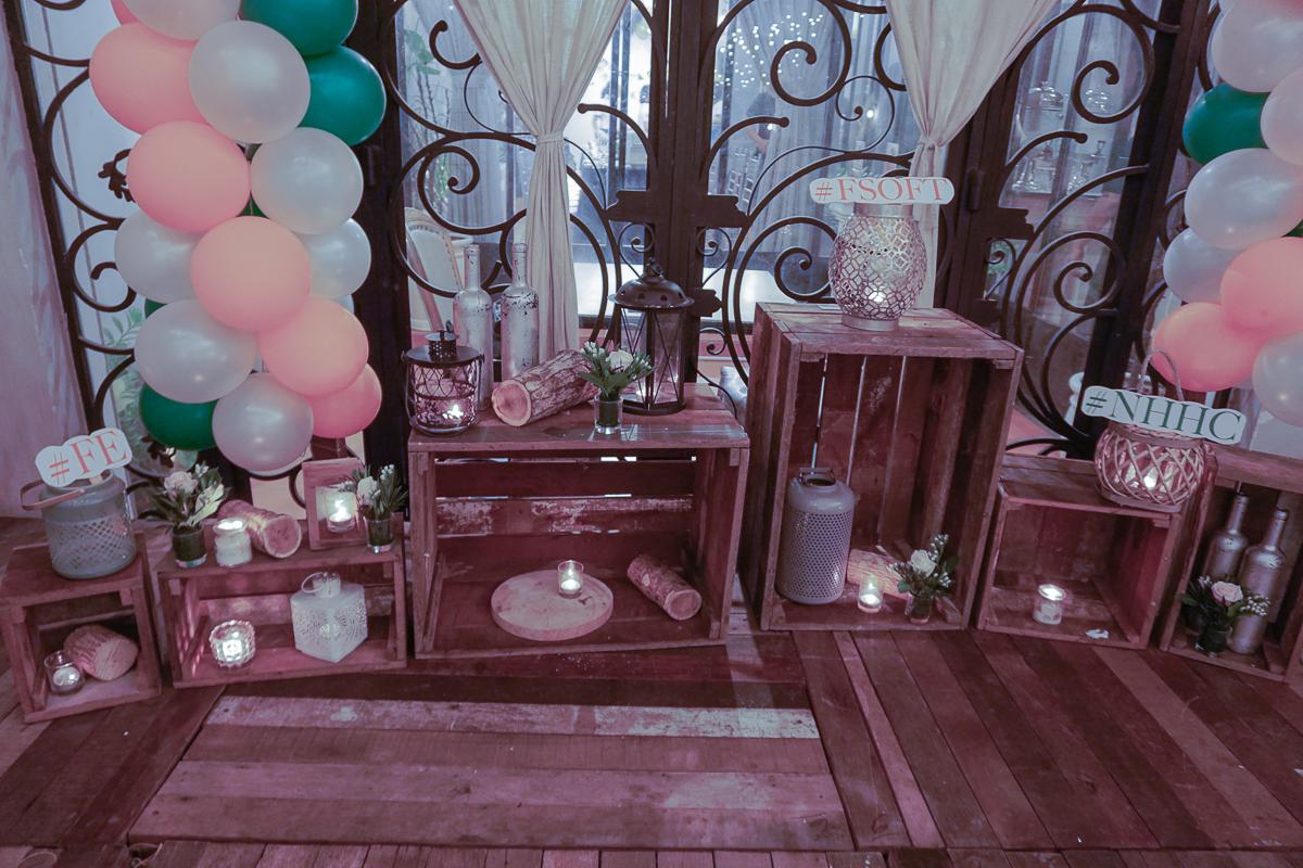 Không gian lung linh ấm cúng của OZ Coffee House (quận Bình Thạnh) và những chi tiết, vật dụng trang trí của BTC khiến nhiều người tham dự thích thú.