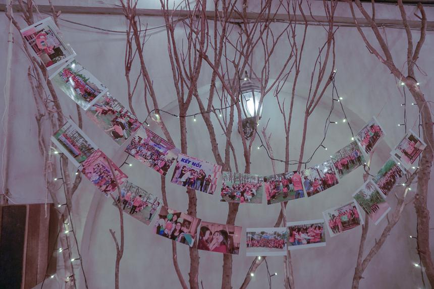 Những bức ảnh kỷ niệm của anh chị em khối Hành chính được trang trí tại bữa tiệc.