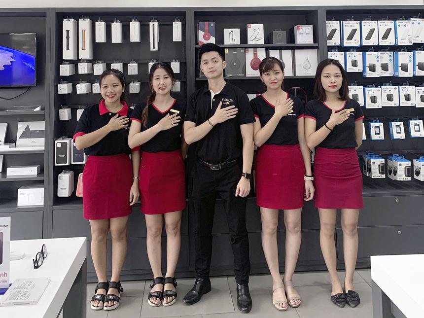 """Thí sinh SBD 132 Nguyễn Mạnh Linh (đứng giữa), nhân viên FPT Shop số 495A Trương Định (Hoàng Mai, Hà Nội) chia sẻ về ngôi nhà thứ 2 của mình: """"Tốt nghiệp đại học cách đây 3 năm, bước chân vào FPT Retail với tư tưởng """"chờ lấy bằng"""". Tuy nhiên, khi được tiếp xúc và gặp gỡ khách hàng mỗi ngày đã cho tôi thêm nhiều bài học và kĩ năng sống. Giờ đây cái tư tưởng ban đầu ko còn nữa mà thay vào đấy là khao khát được cống hiến hết mình cho công ty để rồi chính tôi cũng tích luỹ thêm được nhiều kinh nghiệm giúp cho bản thân mình trưởng thành hơn""""."""