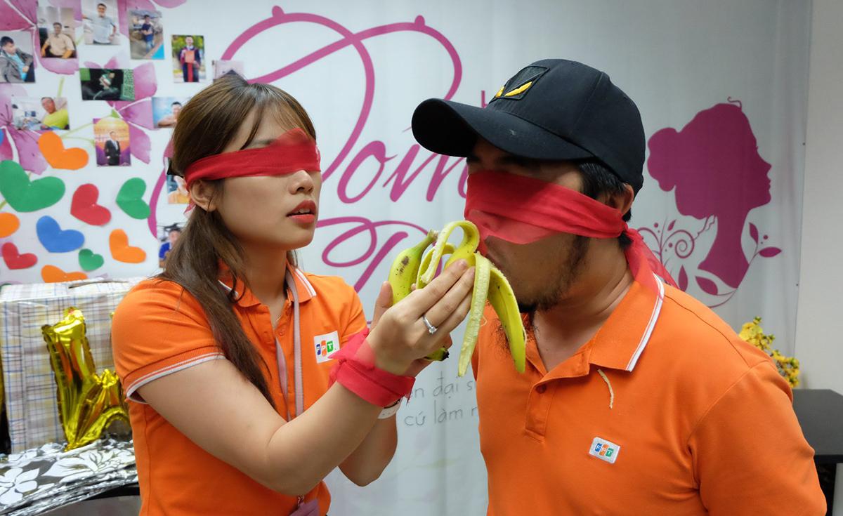 Tròn chơi bịt mắt ăn chuối cùng hấp dẫn không kém. Cô gái phòng Tuyển dụng Huỳnh Cao Lan Anh phối hợp cùng anh Nguyễn Hữu Phong, Ban Văn hóa - Đoàn thể FPT Software Đà Nẵng.