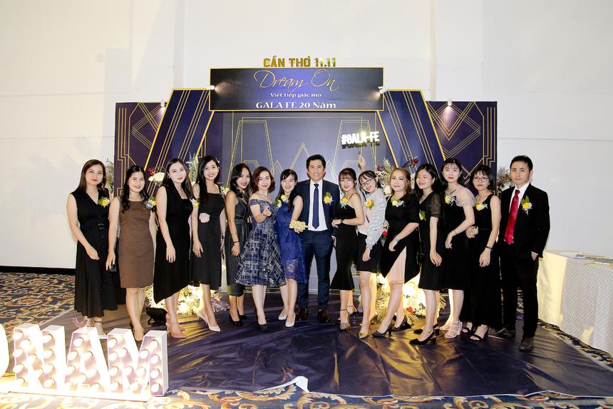 Ngày 11/11, tại Cần Thơ diễn ra đêm gala đầu tiên trong chuỗi dự kiện kỉ niệm 20 năm Tổ chức Giáo dục FPT. Gần 250 khách mời đã có mặt trong đêm nhạc hội và tận hưởng không khí ấm cúng, quây quần bên nhau.