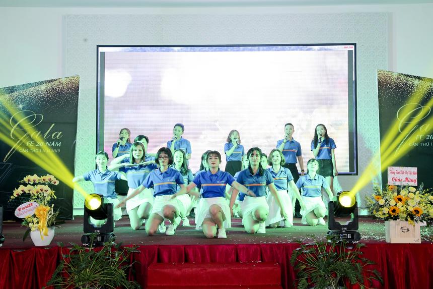 Đại học Greenwich (Việt Nam) trong màu áo xanh, mang năng lượng tươi trẻ đến hội diễn.