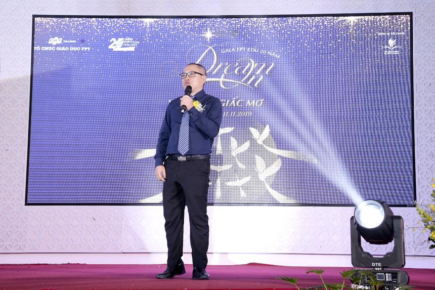 Anh Nguyễn Xuân Phong phát biểu mở đầu cho bữa tiệc sắc màu của đại gia đình Giáo dục Cần Thơ.