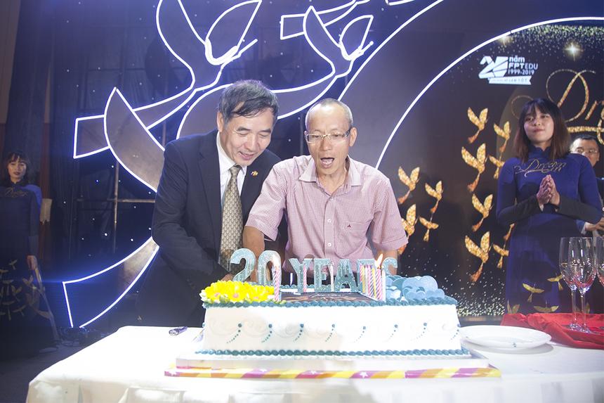 Anh Lê Trường Tùng cùng anh Nguyễn Khắc Thành - Hiệu trưởng ĐH FPT cắt bánh sinh nhật mừng tuổi 20 của nhà Giáo dục. Năm 1999, FPT chính thức bước chân vào lĩnh vực Giáo dục đầy thách thức khi thành lập Trung tâm Đào tạo Lập trình viên Quốc tế Aptech - chuyên về đào tạo lập trình viên ở Hà Nội và TP HCM.