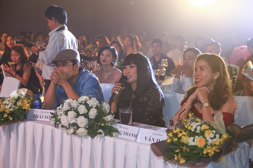 Ca sĩ Phương Thanh - giám khảo khách mời tỏ ra bất ngờ trước khả năng biểu diễn của người nhà Giáo dục. Chị nhận xét các tiết mục giống như những màn trình diễn chuyên nghiệp.