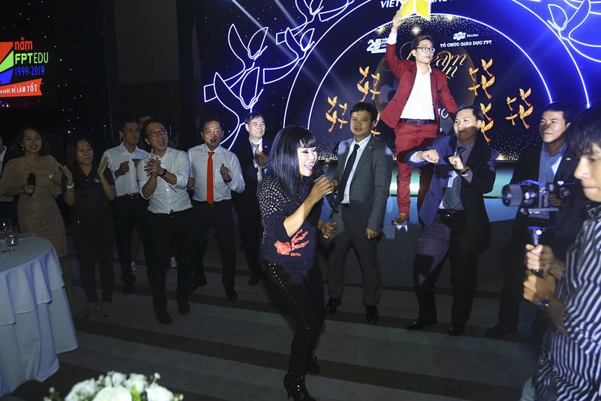 """Ca sĩ Phương Thanh """"đốt cháy"""" sân khấu với màn trình diễn sôi động bằng liên khúc 5 bài hit của mình trong suốt sự nghiệp."""