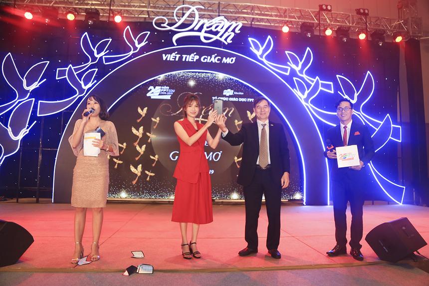 Anh Lê Trường Tùng trao giải thưởng bốc thăm may mắn, với 10 phần quà tiền mặt mỗi giải 1 voucher trị giá 1 triệu đồng và 1 giải đặc biệt là chiếc điện thoại iPhone 11 Pro Max trị giá 34 triệu đồng.