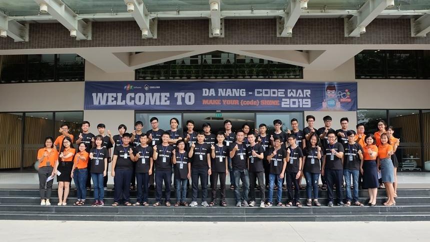 Code War 2019 do FPT Software Đà Nẵng tổ chức dành cho các lập trình viên khu vực miền Trung. Sáng nay (ngày 16/11), 13 đội chơi xuất sắc nhất đã bước vào vòng chung kết tại tòa nhà FPT Complex, quận Ngũ Hành Sơn.