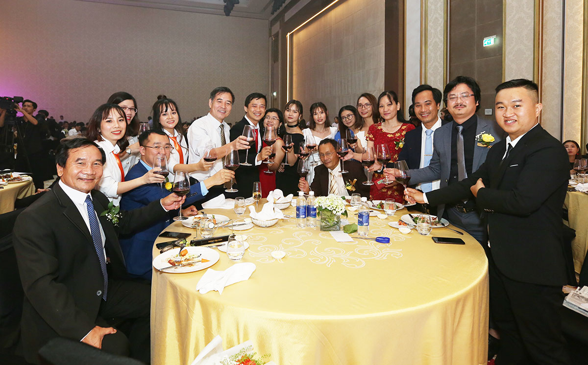 Các thành viên nhà Giáo dục FPT tại Đà Nẵng còn tranh thủ giao lưu với nhau thông qua những cốc rượu vang.