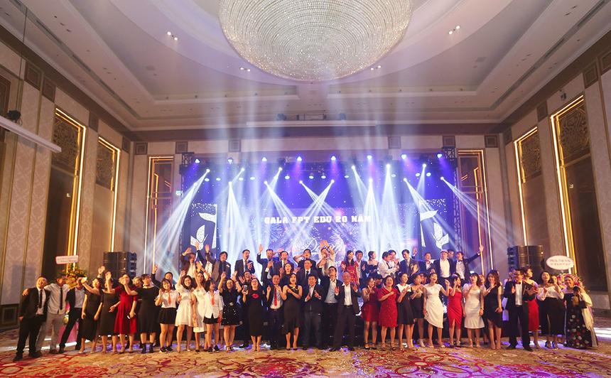 """Để khép lại chương trình, toàn thể lãnh đạo và CBNV cùng nhau hát vang ca khúc """"FPT - Dòng sông lời thề""""."""