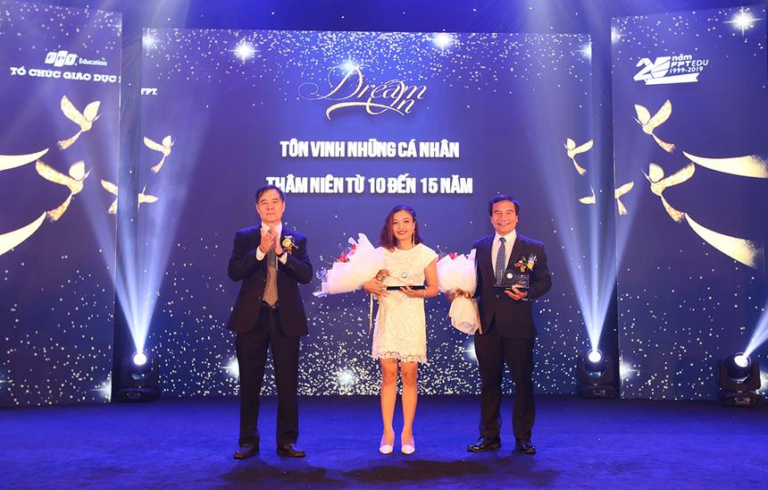 Nhân dịp 20 năm, FPT Edu tại Đà Nẵng còn tôn vinh những cá nhân có đóng góp từ 10 đến 15 năm. Anh Huỳnh Tấn Châu, GĐ Khối Văn phòng FPT Edu tại Đà Nẵng, và chị Nguyễn Tịnh Thư, Cán bộ văn phòng FPT Edu tại Đà Nẵng vinh dự được nhận danh hiệu.