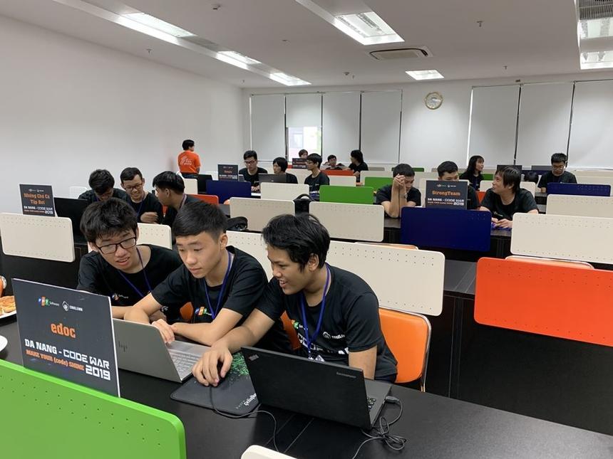 Thử thách trong 3 giờ, các đội cần viết một đoạn chương trình bằng ngôn ngữ tự chọn gồm: C++, Java, C#, Python, JavaScript để giải quyết tối đa 10 bài toán do Ban tổ chức đưa ra. Đội giành chiến thắng là đội có bài thi đạt số điểm cao nhất với thời gian nhanh nhất.