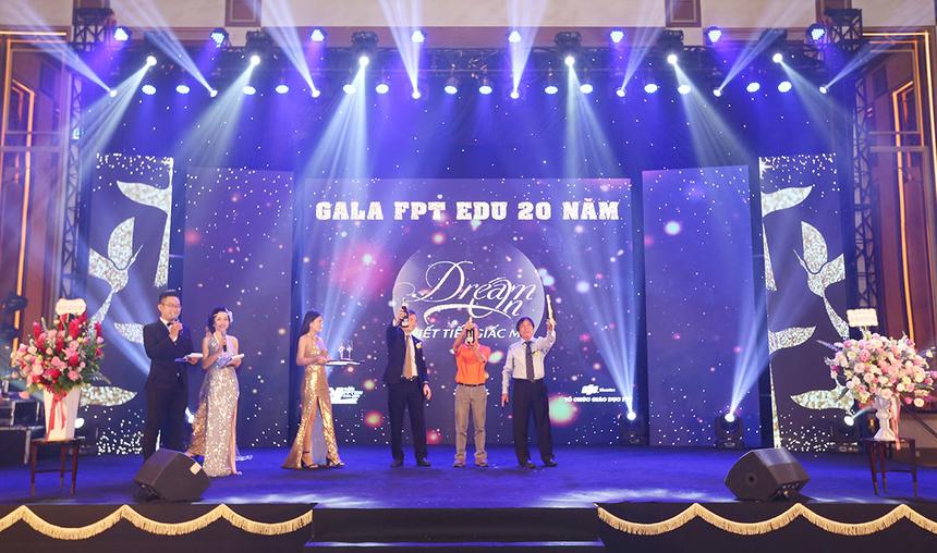 Chủ tịch FPT Edu Lê Trường Tùng, Hiệu trưởng ĐH FPT Nguyễn Khắc Thành và Phó Hiệu trưởng ĐH FPT Trần Ngọc Tuấn cũng nhau bật sâm banh để khai tiệc.