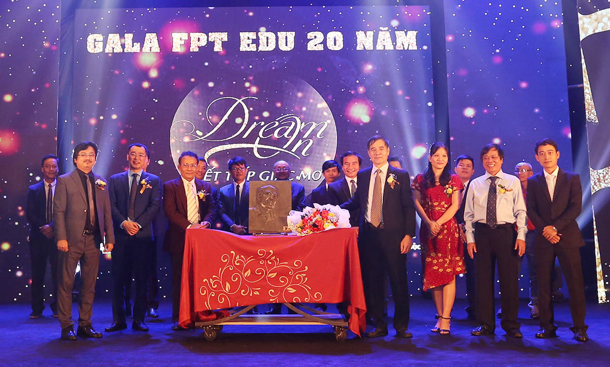 Trưởng Ban xây dựng FPT Edu - anh Nguyễn Hữu Hiệp cùng đại diện lãnh đạo FPT Edu tại Đà Nẵng gửi đến Chủ tịch Lê Trường Tùng bức ảnh chân dung được làm thủ công bằng bê tông sợi thủy tinh.
