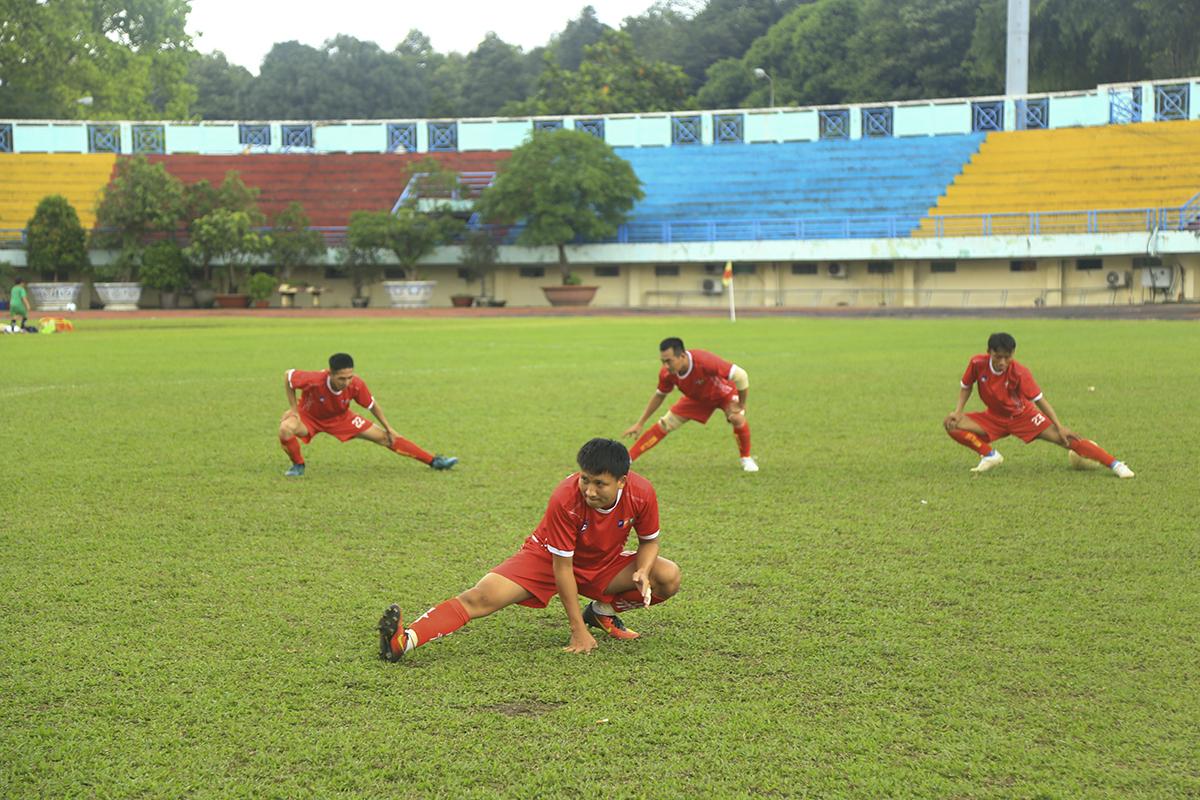 Các cầu thủ khởi động kỹ trước trận đấu mặc cho trời đổ mưa ở sân Quân khu 7. Trận đấu diễn ra hai hiệp, ở hiệp 1 sẽ là màn chạm trán của các tuyển thủ ba miền, hiệp 2 sẽ có sự góp mặt của các lãnh đạo FPT Telecom trong đội hình hai đội.