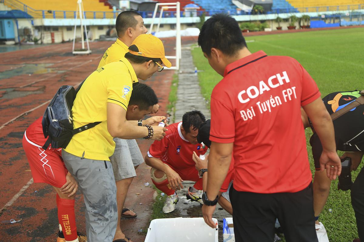 Do sân trơn bóng ướt nên nhiều tình huống va chạm tưởng chừng bình thường đã nghiêm trọng hơn mức bình thường. Ngay phút thứ 3, cầu thủ Trần Hoàng Ngọc Tuấn đã buộc phải rời khỏi sân sau pha chấn thương vùng đầu khiến anh đổ máu ngay trên sân.