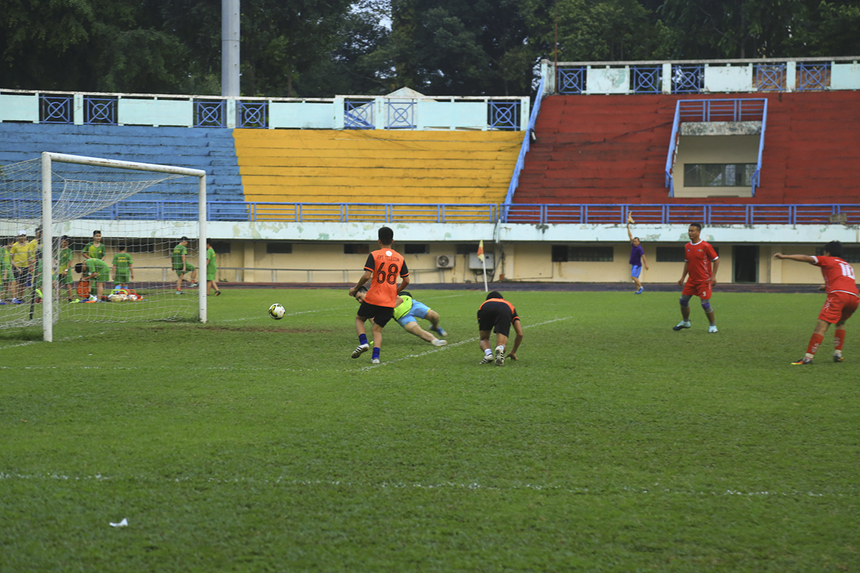 Sau hiệp 1 không có bàn thắng, hiệp 2 của trận đấu đã diễn ra theo chiều hướng hoàn toàn khác. Phút 60, chớp thời cơ từ pha chọc khe tinh tế của đồng đội, tiền đạo Minh Trí đã ghi bàn thắng mở tỷ số cho tuyển FPT Telecom phía Nam.