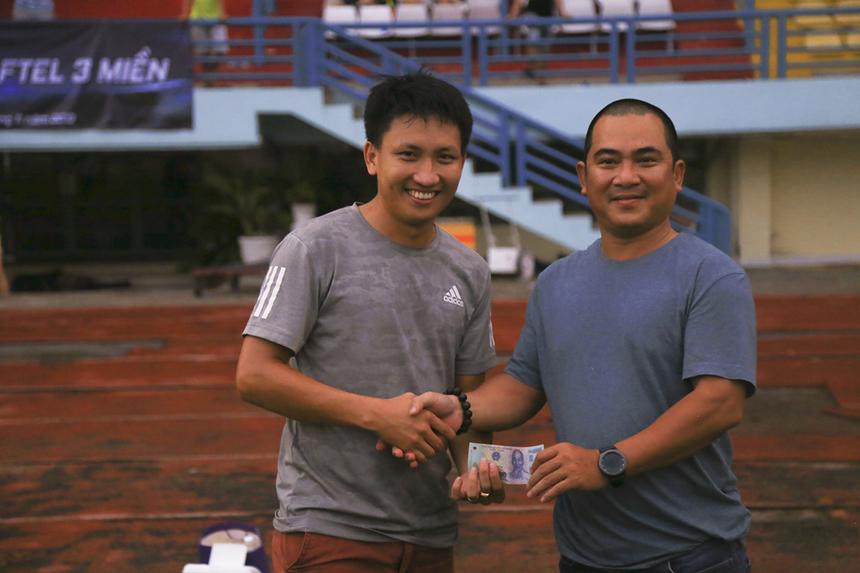 Là người ghi bàn mở tỷ số trận đấu, cầu thủ Võ Minh Trí của tuyển Viễn thông miền Nam đã được thưởng nóng 500.000 đồng.