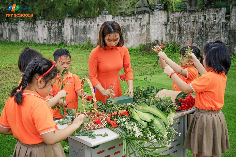 Dịp chào cờ đầu tuần (ngày 18/11), trường Tiểu học và THCS FPT tại Đà Nẵng đã tổ chức chương trình tri ân thầy cô nhân ngày 20/11. Các em có mặt từ rất sớm để tận tay làm những món quà bằng hoa tươi gửi tặng đến những người người dạy dỗ, dìu dắt trong thời gian qua.