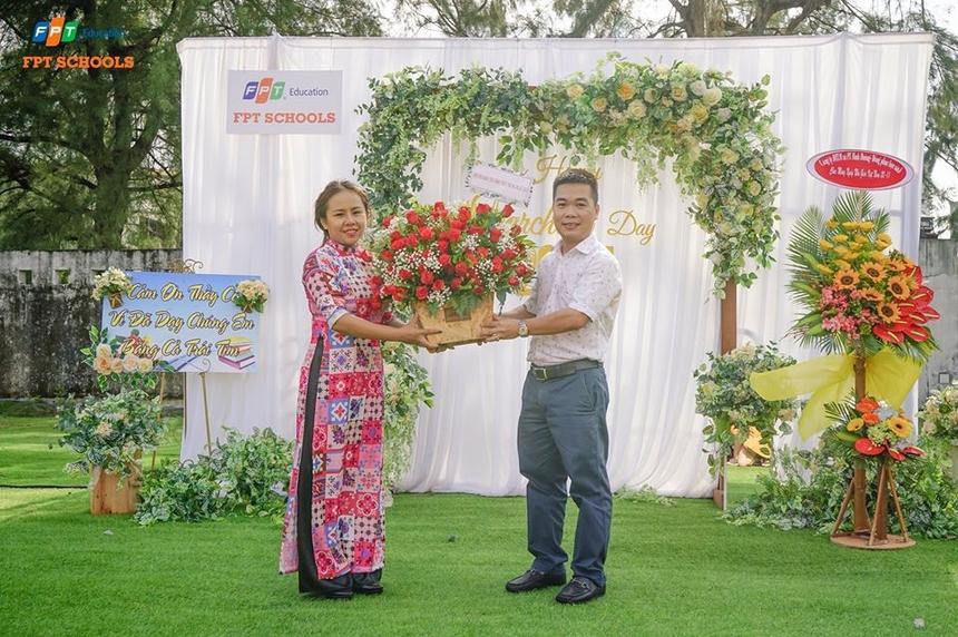 Đại diện phụ huynh học sinh cũng gửi đến những lẵng hoa chúc mừng ngày Nhà giáo Việt Nam (20/11).
