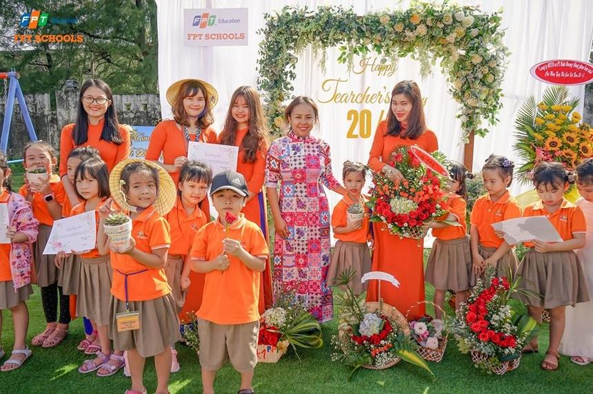 Lần lượt các em còn tặng những bông hoa hoặc lẵng hoa do tự tay làm cho các cô giáo. Nhiều em còn làm thơ hoặc văn đểtriânnhững người dẫy dỗ.