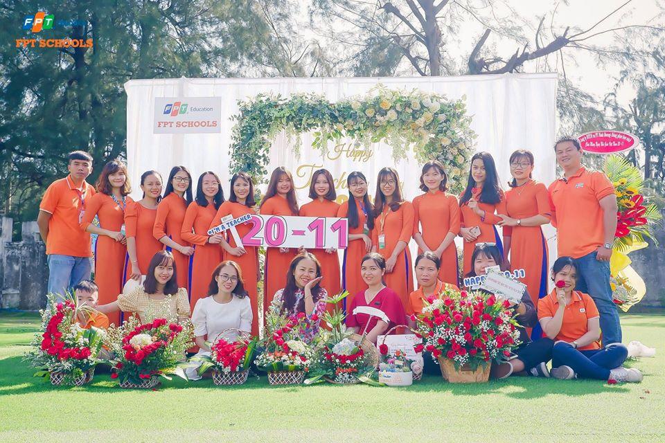 Toàn thể cán bộ và giáo viên trường Tiểu học và THCS FPT chụp hình lưu niệm. Tháng 6 vừa qua, Trường Tiểu học và THCS FPT cơ sở Đà Nẵng chính thức đi vào hoạt động. Trụ sở được đặt tại khuôn viên tòa nhà Massda, khu công nghiệp An Đồn, TP Đà Nẵng.