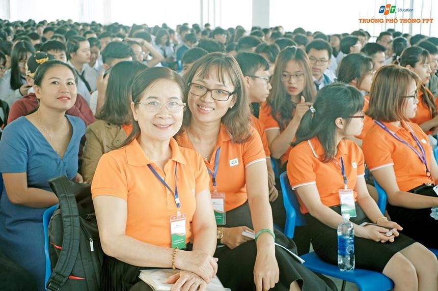 Tương tự, FPT School Đà Nẵng cũng diễn ra chương trình tri ân thầy cô trong buổi sinh hoạt đầu tuần tại Campus Ngũ Hành Sơn.