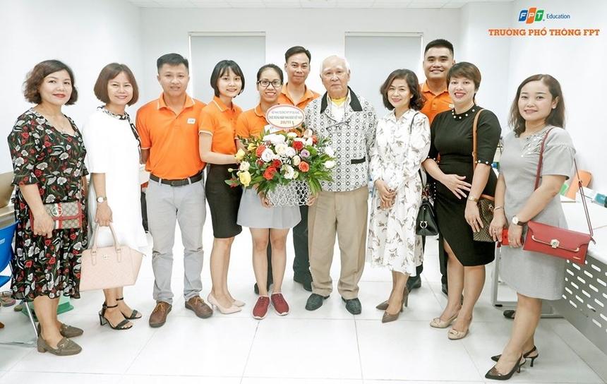 Đại diện phụ huynh cũng đến thăm và chúc mừng đội ngũ cán bộ, giáo viên FPT School Đà Nẵng.
