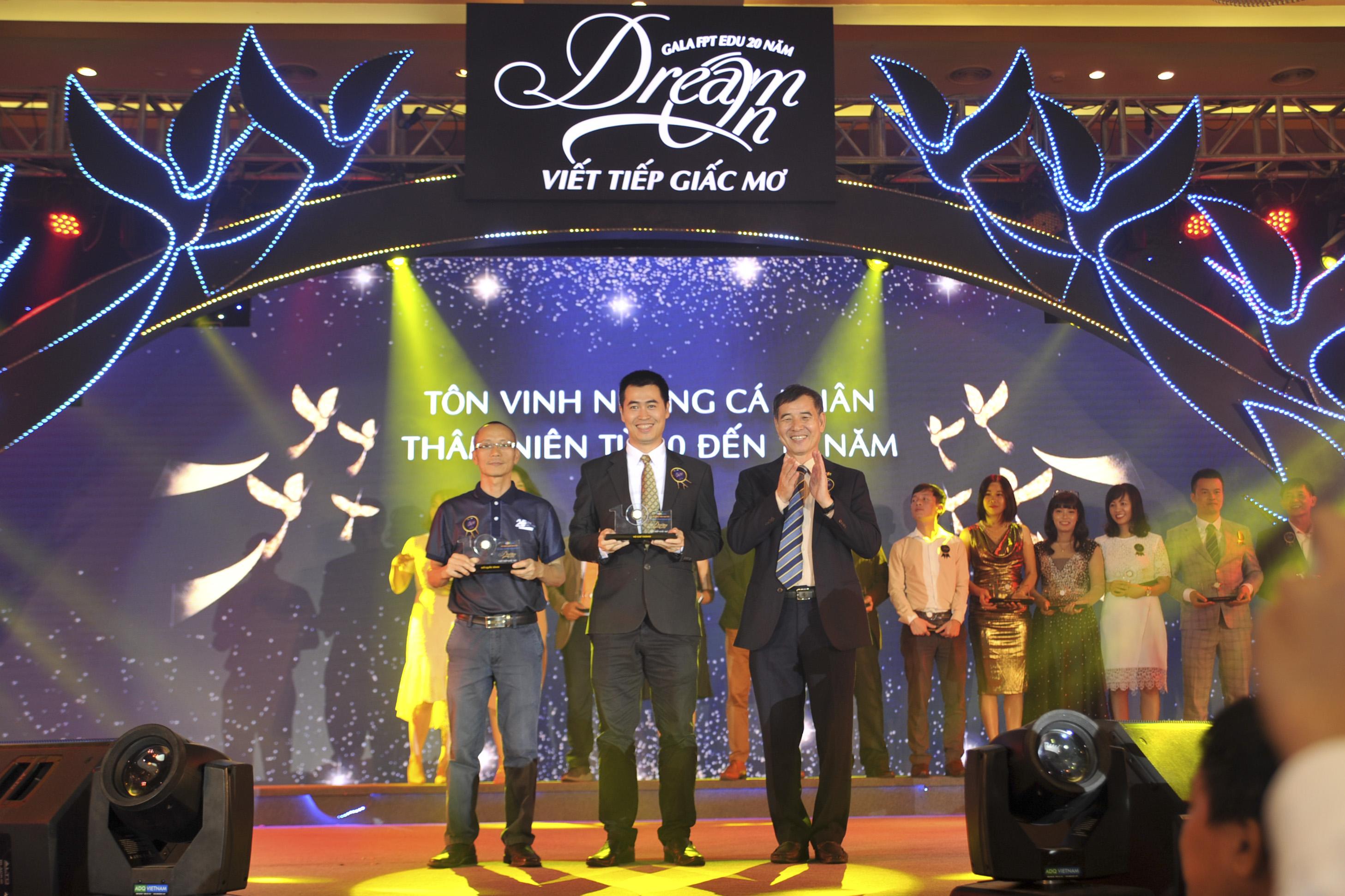 Cũng trong đêm gala, BTC dành một khoảng thời gian khá dài để tôn vinh các cá nhân đã gắn bó với tổ chức từ 10 đến 20 năm, các cá nhân truyền cảm hứng và 20 cựu sinh viên có thành tích xuất sắc.