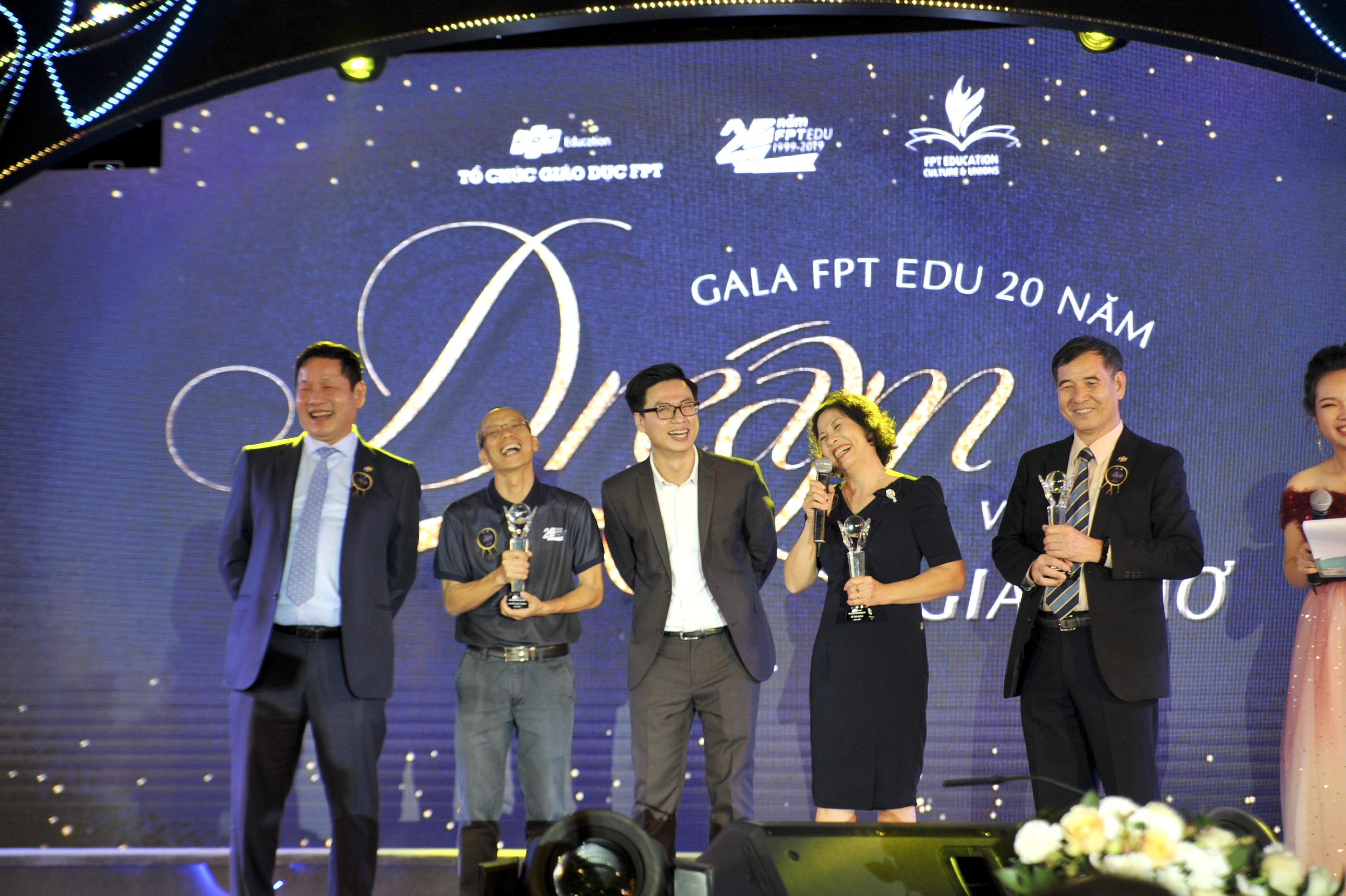 Chủ tịch Trương Gia Bình trực tiếp lên sân khấu tôn vinh 3 gương mặt đặc biệt đã dành cả 'thanh xuân' để cống hiến cho Tổ chức Giáo dục là anh Lê Trường Tùng, anh Nguyễn Khắc Thành và chị Lê Thị Loan.