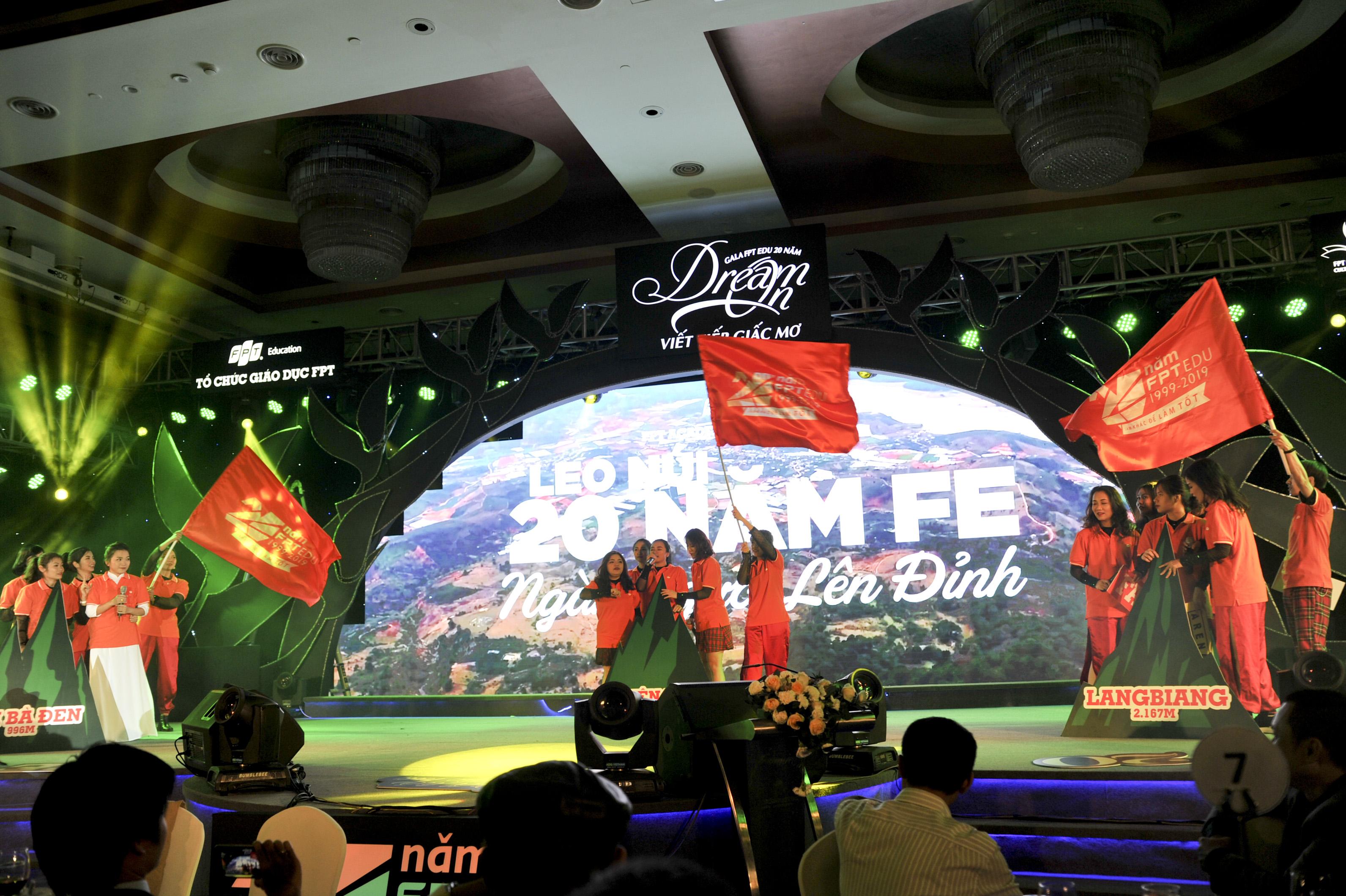 """Viện Đào tạo Quốc tế FPT (FAI) là nhóm đầu tiên biểu diễn. FAI tái hiện khoảnh khắc """"ngàn người lên đỉnh"""" của FPT Edu vừa qua."""