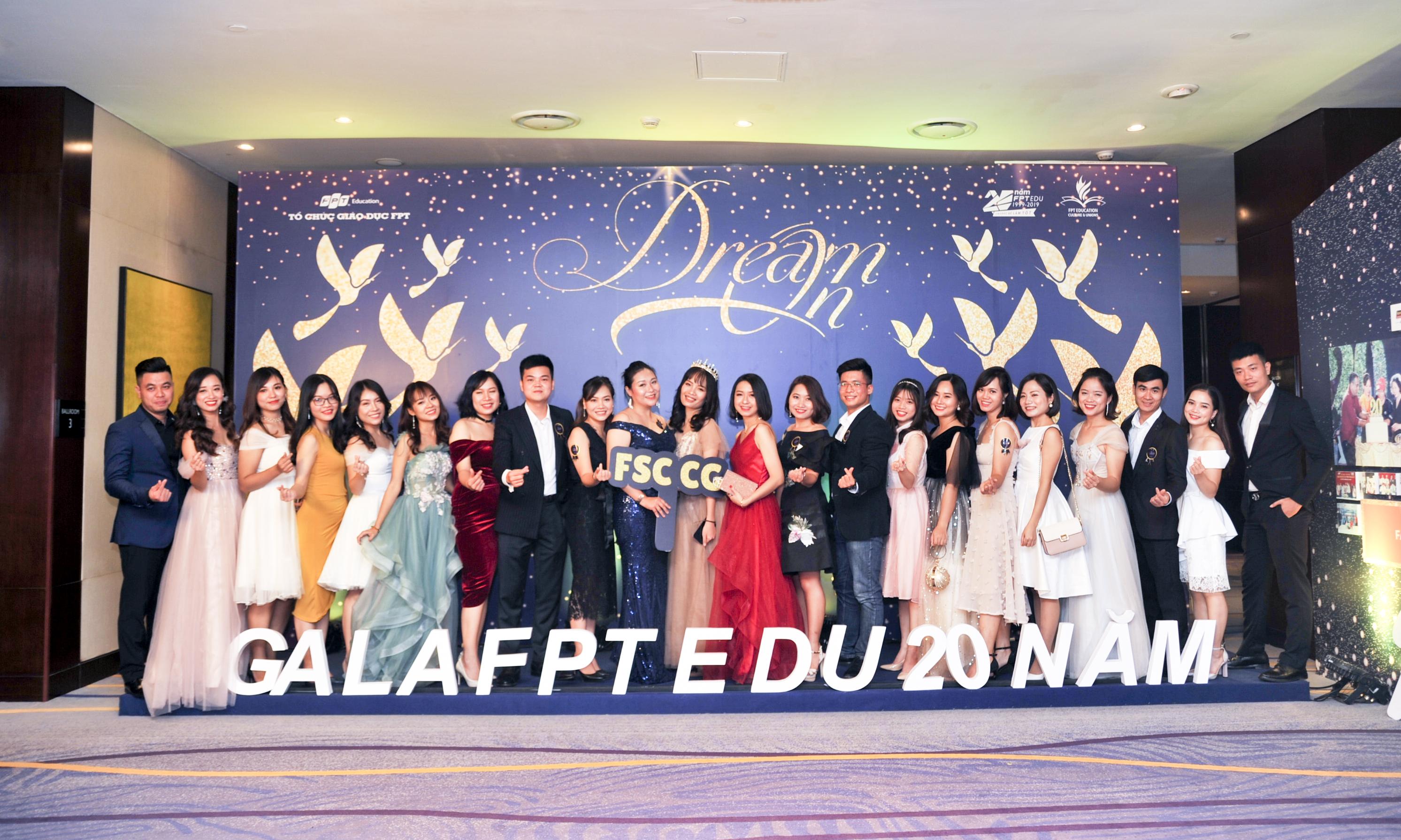 Tối ngày 17/11, đêm gala thứ 4 trong chuỗi sự kiện gala FPT Edu 20 năm diễn ra trên cả nước đã khép lại tại điểm cuối cùng là đầu cầu Hà Nội. Đây cũng là nơi có đông đảo CBGV nhà F tham dự nhất.