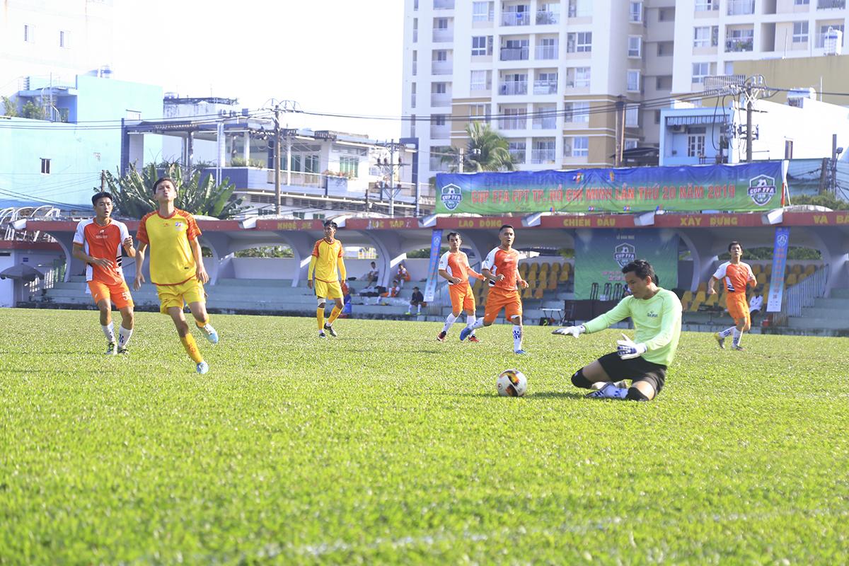 Trong trận đấu sớm vòng 2 FFA Cup, FPT IS (áo vàng) có màn ra quân khi chạm trán đối thủ FPT Securities (áo cam). Với lực lượng hùng hậu, các cầu thủ nhà Hệ thống tràn lên phần sân đối phương ngay sau tiếng còi khai cuộc.