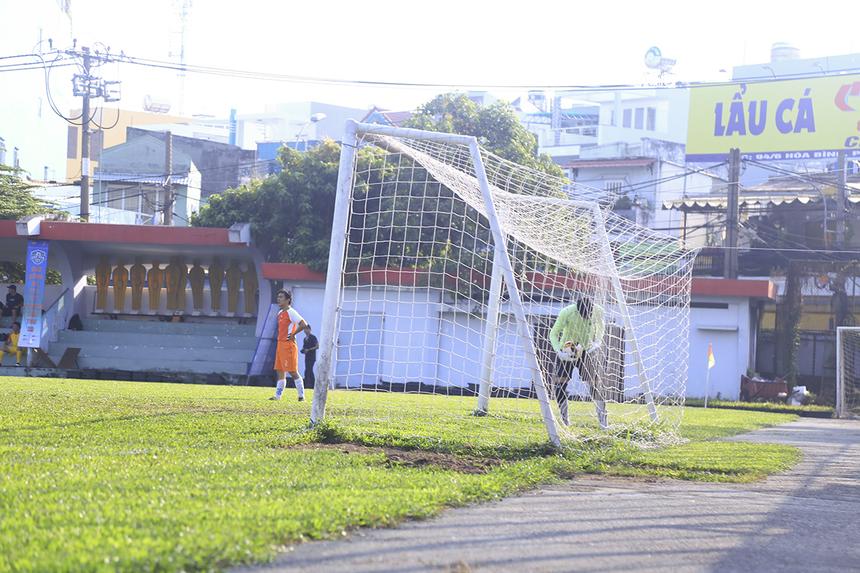 Mặc dù vậy phải nhờ đến tình huống bắt không dính bóng của thủ môn Lê Thế Lương bên phía Chứng khoán ở phút 22, FPT IS mới có được bàn mở tỷ số đầy may mắn.