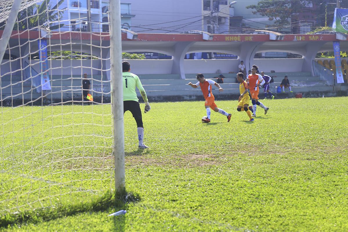 Thi đấu áp đảo nhưng đội bóng áo vàng lại bất ngờ bị đối phương gỡ hòa 1-1 ngay đầu hiệp 2. Tình huống không hiểu ý giữa hậu vệ và thủ môn đã tạo điều kiện thuận lợi để Đinh Quang Triều lập công ở phút 41.