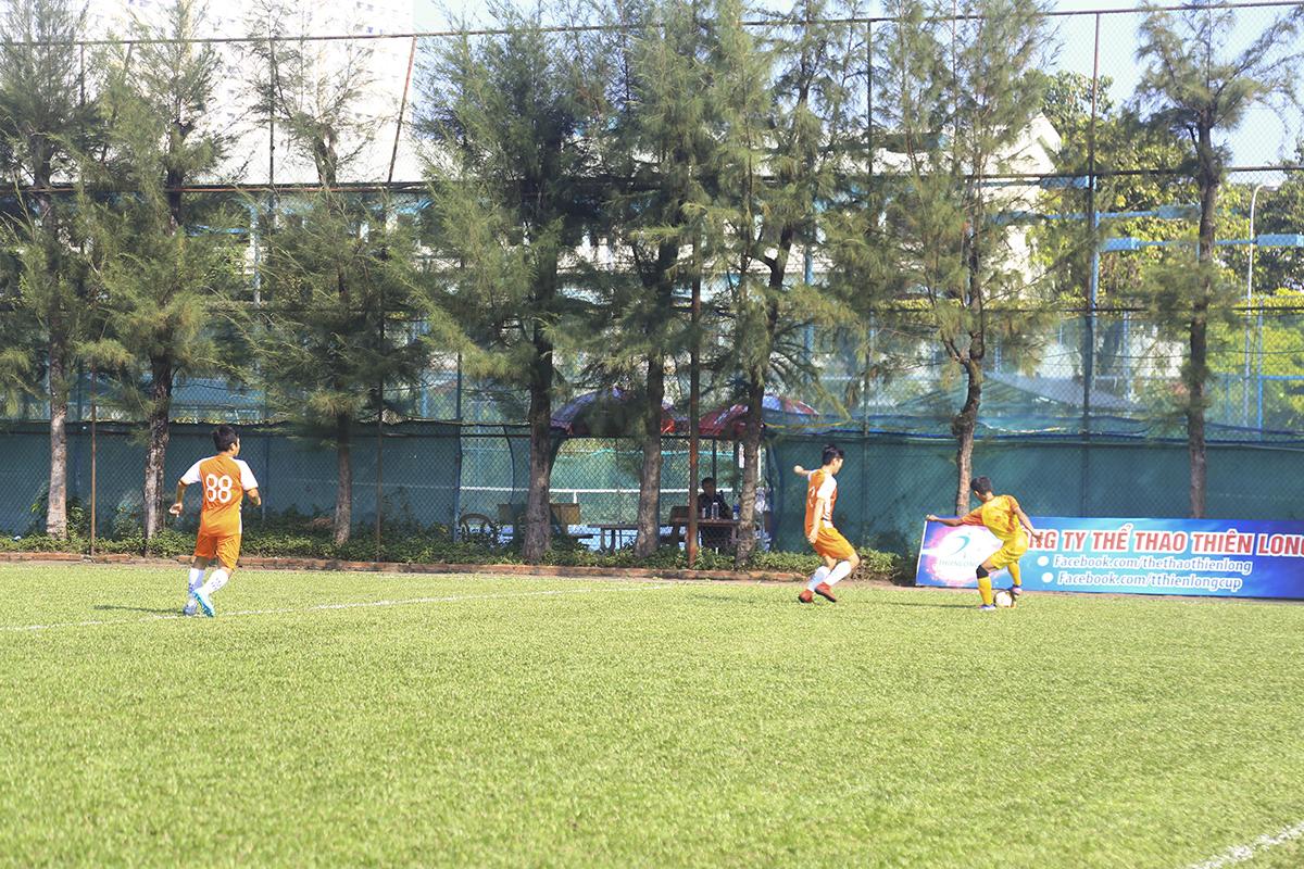 Các cầu thủ Hệ thống vẫn tập trung tấn công chủ yếu ở hai cánh với những pha leo biên của cầu thủ Đinh Thanh Bình bên cánh phải.