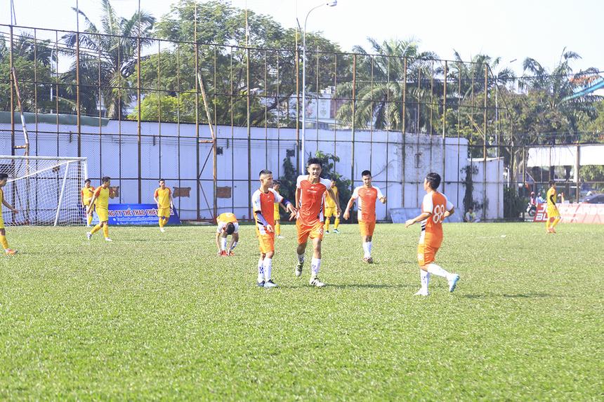 Thi đấu rình rập chờ đợi thời cơ, FPT Securities bất ngờ có được bàn gỡ 2-2 sau pha đá phạt hàng rào đưa bóng bay thẳng vào góc cao khung thành của cầu thủ Trần Hữu Phong ở phút 65.