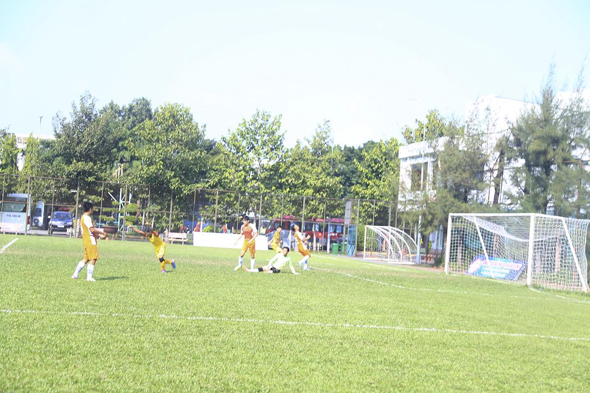 Phút 70, cầu thủ số 12 Đinh Thanh Bình sau khi hậu vệ đối phương đã ghi bàn nâng tỷ số lên 3-2 cho FPT IS.