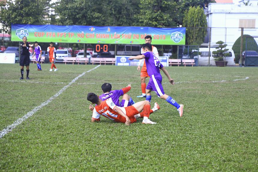 Trận đấu vào sáng 17/11 ở sân Công an TP HCM trở nên rất quan trọng với cả TP Bank (áo tím) lẫn Synnex FPT (áo đỏ) khi hai đội đều thất bại trong ngày ra quân. Vì vậy, đôi bên đều thi đấu khá thận trọng, thăm dò đối thủ trong những phút đầu tiên.