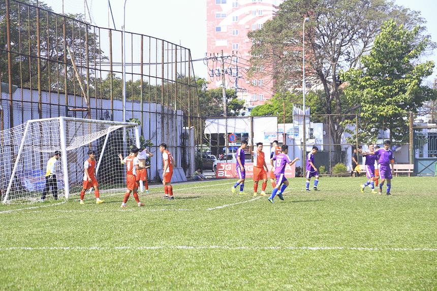 Bước ngoặt của trận đấu đến vào phút 22, số 13 Nguyễn Quang Hải của TP Bank tận dụng cơ hội hiếm hoi trong vòng cấm Synnex ghi bàn mở tỷ số trận đấu bất chấp nỗ lực của thủ môn Trần Tiến Lâm.
