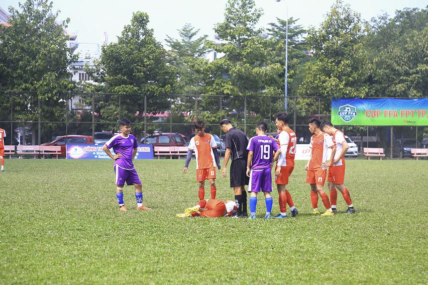 Lối chơi rát cộng một chút tiểu xảo của đội bóng áo tím khiến trận đấu liên tục bị gián đoạn bởi những pha nằm sân của Synnex FPT.