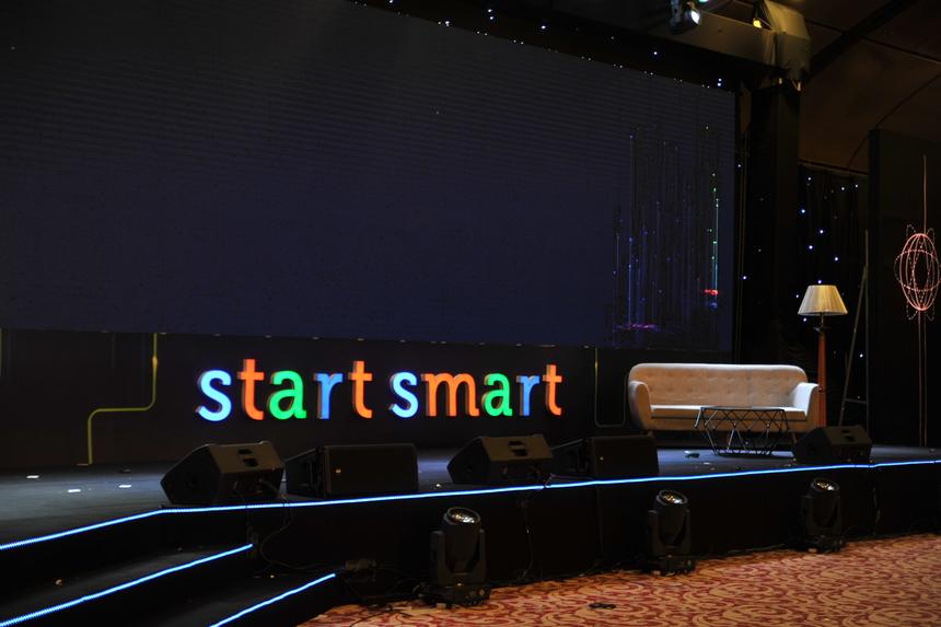 """Dòng chữ """"Start Smart"""" - chủ đề TechDay 2019 nổi bật trên sân khấu với những màu sắc đặc trưng của FPT."""