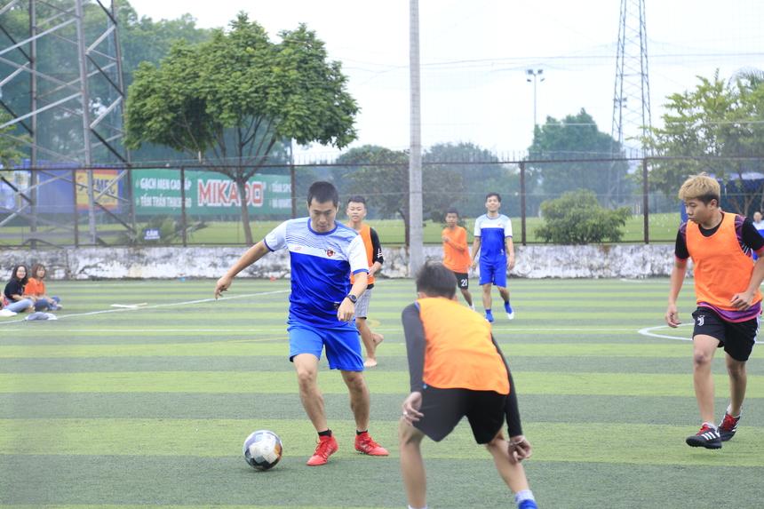Ngay sau đó, tân vương giải đấu đã có màn tranh tài với đội bóng khách mời gồm các giảng viên FPT Polytechnic. Kết quả đều 1-1 đánh dấu những nỗ lực không mệt mỏi đến từ cả hai phía.